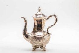 Kaffeekanne, London 1879Sterling-Silber. Auf vier Rocaillenfüßen runder Standring mit Rocaillen