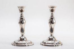 Paar Tafelleuchter, Wilkens & Söhne, Hemelingen830er Silber. Breiter glockenförmiger Fuß durch