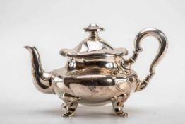Teekanne, um 1900830er Silber. Auf vier breiten Füßen mit Blattrelief am Ansatz, gedrückt gebauchter