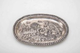 Ziertablett, wohl Russland 18. Jh.Silber. Ovaler Spiegel mit Reliefdarstellung aus dem bäuerlichen