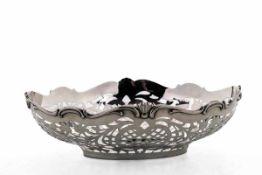 Gebäckschale800er Silber. Schlichter ovaler Spiegel, gebauchte von bewegtem Rankenwerk durchbrochene