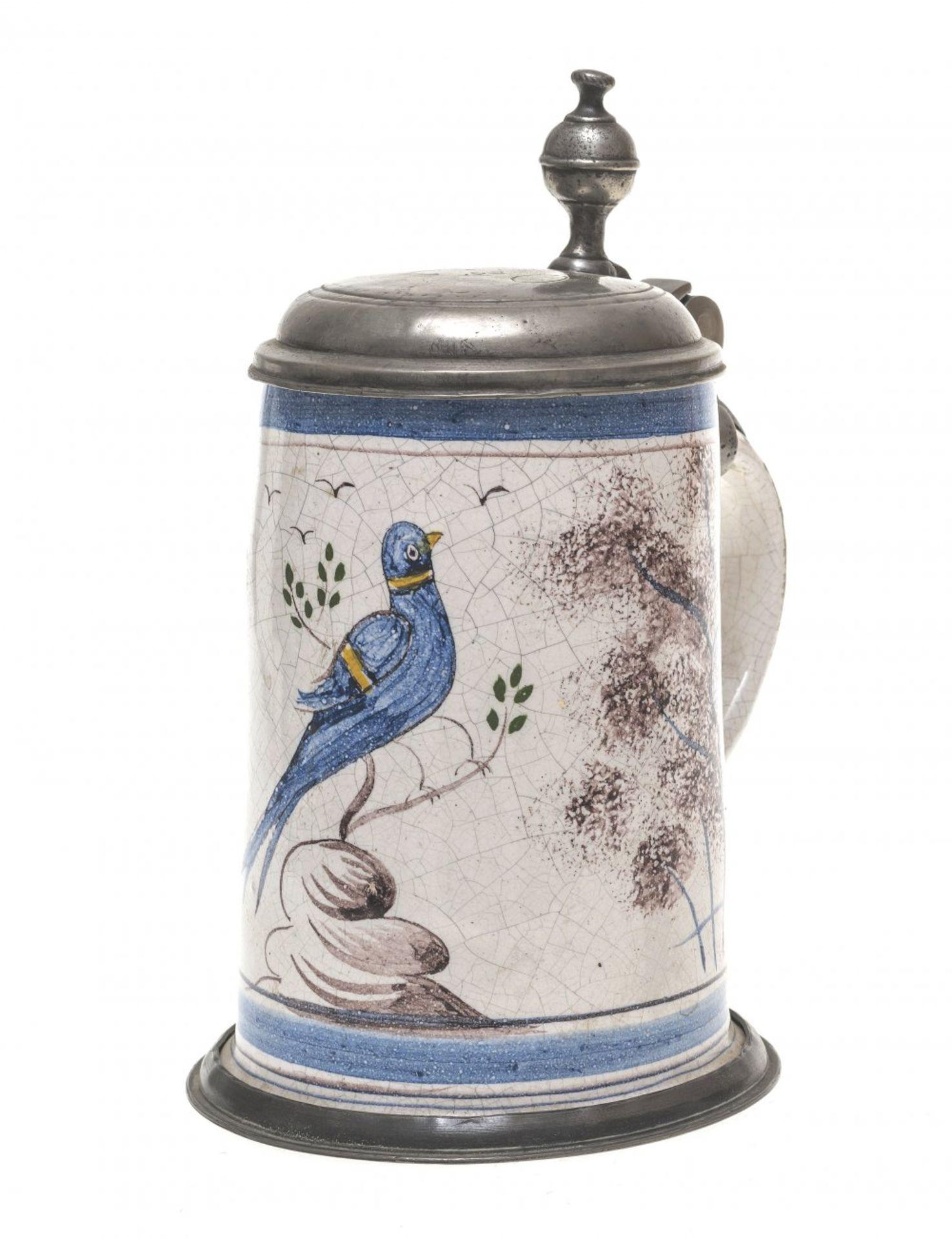 Los 21 - Kleiner WalzenkrugBayreuth(?), 19. Jh. Fayence, ZInndeckel. Farbige Malerei auf weißem Fond. Vogel