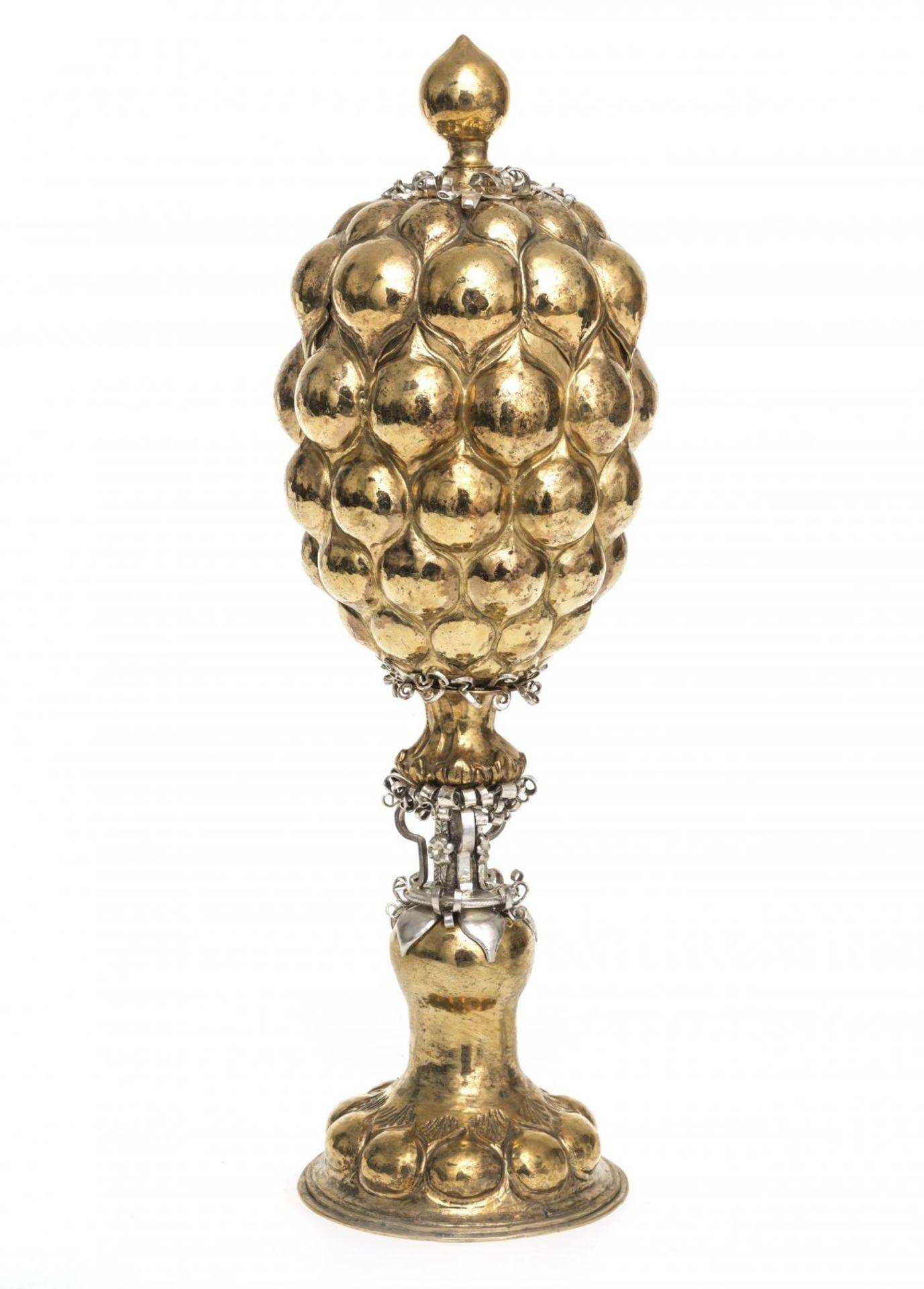 Los 58 - AnanaspokalIm Stil des 17. Jh. Vergoldung erneuert. Ca. 328 g. H. 25 cm.