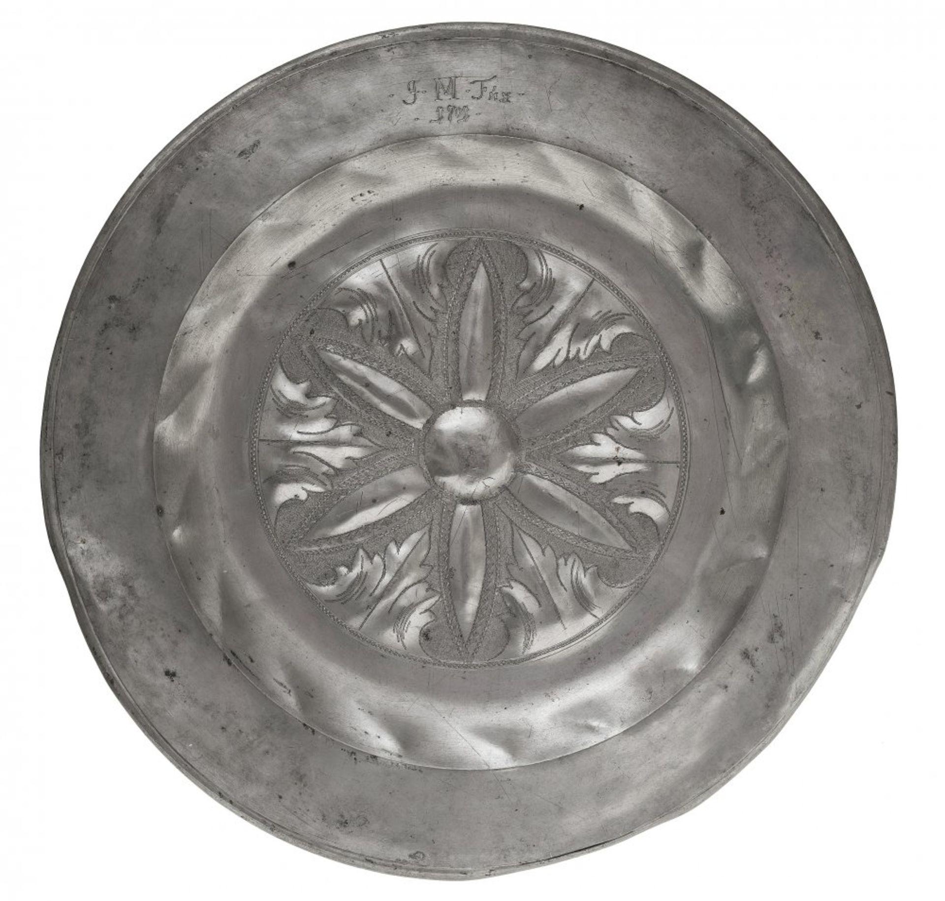 Los 10 - ZinnplatteIm Fond geflechelte Blütenrosette. Besch. Besitzermonogramm von 1701. ø39 cm.