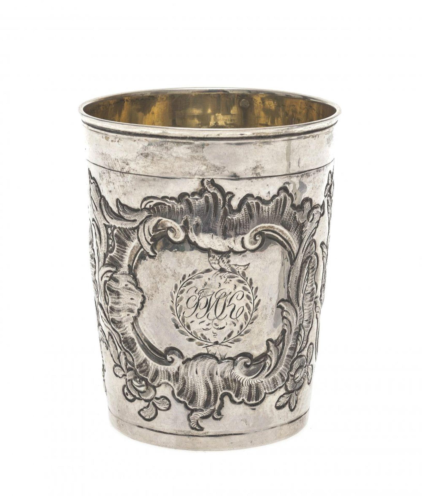 """Los 48 - BecherMoskau, um 1777, BM von 1759-1774, MZ: """"AMK"""". Silber. Wandung mit getriebenen"""