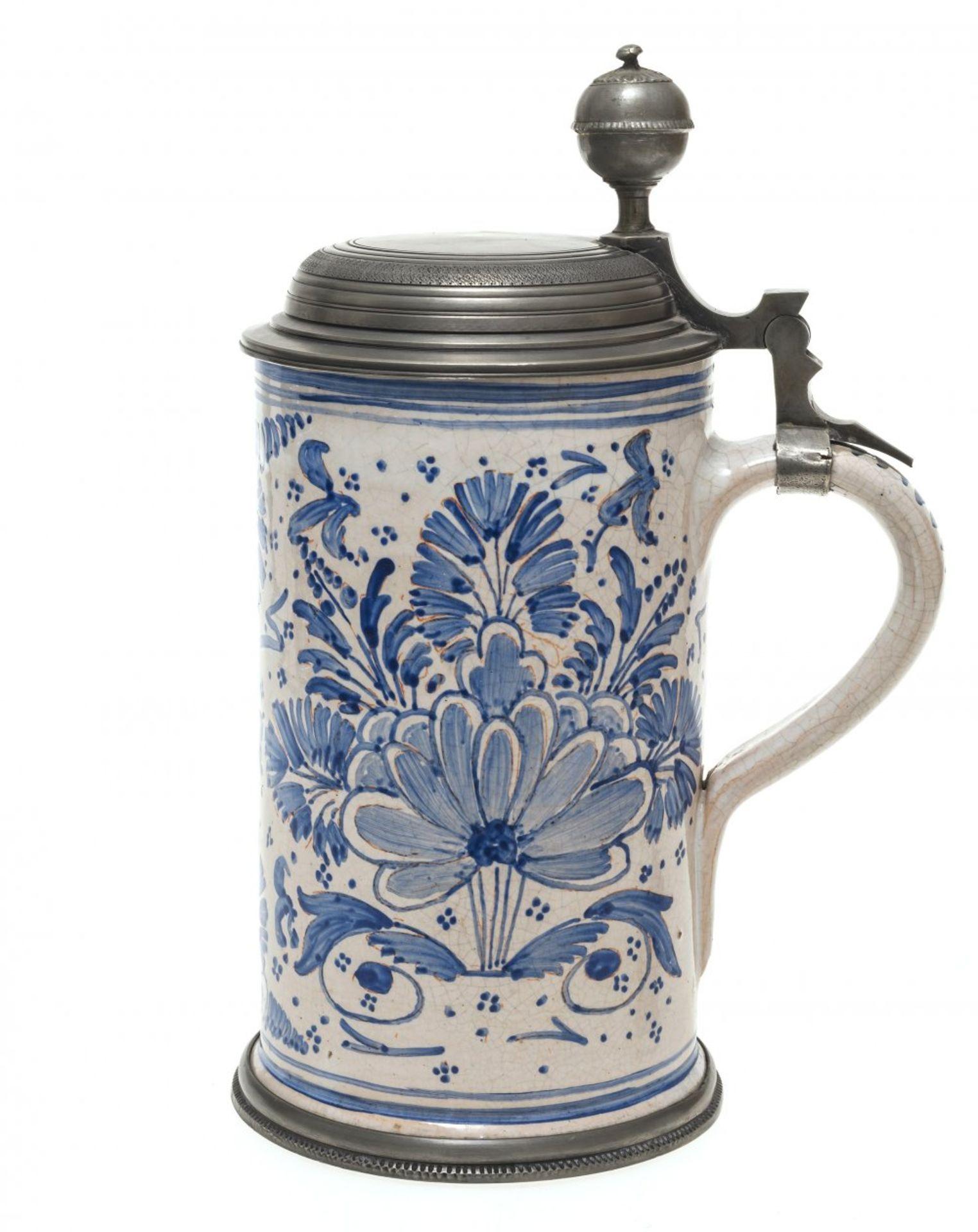 Los 20 - WalzenkrugDeutsch, 19. Jh. Fayence, Zinndeckel. Blaumalerei auf weißem Fond. Stilisierter