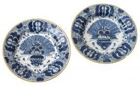 Zwei TellerDelft, 18./19. Jh. Fayence, Blaumalerei. Vase mit Pfauenrad. Best. øje 26 cm.Two