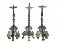 Drei LeuchterZinn. Dreiseitiger Volutenfuß mit mehrfach gegliedertem Balusterschaft. Ein Docht