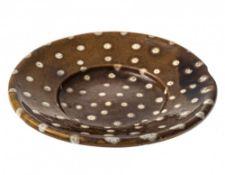 TellerKröning, 19. Jh. Irdenware, braun glasiert. Weißlicher, getupfter Dekor. Best. ø24 cm.