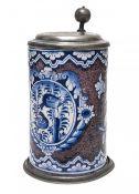 WalzenkrugBayreuth, 18. Jh. Fayence, Blaumalerei auf mangangestupftem Grund. Schauseitig Kartusche