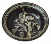 SchüsselAltbayern, 19. Jh. Irdenware, farbig glasiert. Im Fond Blütenstaude. Min. best. ø35,5 cm.
