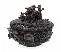 """Deckelkorb (""""nadlkörbl"""")Kröning, um 1850. Irdenware, braun glasiert. Schlaufenförmig durchbrochen"""