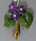 Blütenbrosche14 kt. Gelbgoldmontur, 2 Amethystblüten, 2 Jadeblätter, 3 Brillanten zus. ca 0,04