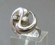 Damenring14 kt. Weißgold, 2 Brillanten zus. ca 0,14 ct, wesselton, teilweise mattiert, 80er Jahre,