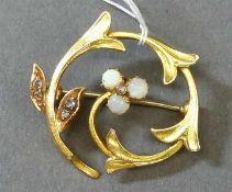 Brosche um 190014 kt. Gelbgold, 3 Opale, 5 Diamantrosen, Blütenform, durchbrochen gearbeitet, ca 5g,