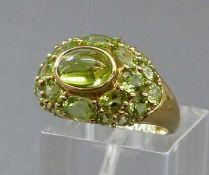 Damenring8 kt. Gelbgold, mittig 1 Peridotcabochon, geschliffene Peridots als Besatz, ca 4g, RM 54,