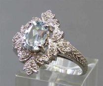 Damenring14 kt. Weißgold, 1 Aquamarin, Diamantbesatz, durchbrochen gearbeitet, ca 5gm, RM 60,