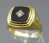 Herrenring14 kt. Gelbgold, 1 Onyxplatte, 1 Brillant ca 0,07 ct., ca 8g, RM 70,