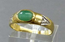 Damenring18 kt. Gelbgold, 1 Smaragdcabochon, 2 kleine Diamantsplitter, ca 4g, RM 57,