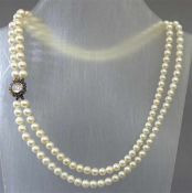 Halskette18 kt. Gelbgoldschloss, 1 Mondsteincabochon, Kranz mit kleinen Saphiren, ca 149 Zuchtperlen