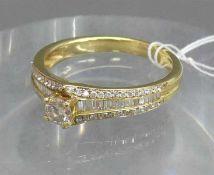 Damenring18 kt. Gelbgold, 1 Brillant 0,25 ct., weiß, vs, 56 Brillanten und 30 Diamantbaguetten 0,