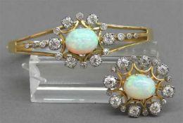 Schmuckgarnitur18 kt. Gelbgold, 1 Armreif, 1 Brosche, 2 Opale, zahlreiche Altschliffdiamanten,