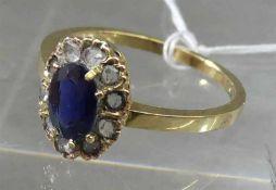 Damenring, um 190014 kt. Gelbgold, 1 ovaler Saphir, Kranz mit 10 kleinen Diamantrosen, ca 3g, RM