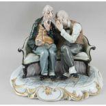 Männer beim angeregten Gespräch auf einer Bank sitzend, fein bemaltes Porzellan, auf derUnterseite