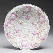 Schale mit ReliefdekorWeiß, glasiert. Runde gemuldete Form mit gebogtem Rand. Reliefdekor in Form