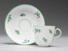 Tasse mit UTWeiß, glasiert. Konische Tasse mit Volutenhenkel. Schalenförmige UT. Grüne Bemalung