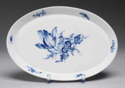 "Plateau ""Blaue Blume mit Insekten""Weiß, glasiert. Ovale glattrandige Form. Uglbl. Bemalung."
