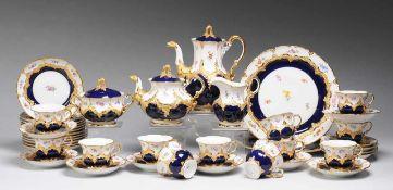 """Prunk-Kaffee- u. Teeservice """"B-Form"""" für zwölf Personen42-tlg. Weiß, glasiert. Kernstück mit Tee- u."""
