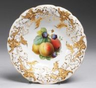 Prunkschale mit FrüchtemalereiWeiß, glasiert. Gemuldete Form mit gebogtem Rand. Kräftiger Akanthus-
