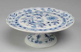 """Kuchenplatte """"Zwiebelmuster""""Weiß, glasiert. Über ausgestelltem Fuß runde Platte mit gebogtem Rand."""