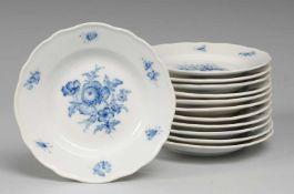 """Zwölf Dessertteller """"Blaue Blume mit Insekten""""Weiß, glasiert. Form """"Neuer Ausschnitt"""". Uglbl."""