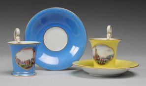 Paar Mokkatassen mit UT und KauffahrteiszenenWeiß, glasiert. Kalathosform mit Schwanenhenkel. Blauer