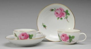 "Paar Tassen mit UT ""Rote Rose""Porzellan. Halbkugelige Form mit Ohrenhenkel. Schalenförmige UT."