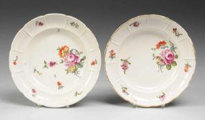 Paar Ludwigsburger Teller mit BlumenmalereiWeiß, glasiert. Gemuldete Form. Fahne mit segmentiertem