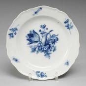 """Teller """"Blaue Blume mit Insekten""""Weiß, glasiert. Rand mit """"Neuem Ausschnitt"""". Uglbl. Bemalung."""