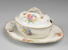 """""""Punktzeit""""-Terrine mit feiner BlumenmalereiWeiß, glasiert. Ovale Form mit facettierter Wandung."""