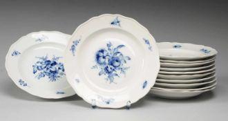 """Zehn Suppenteller """"Blaue Blume mit Insekten""""Weiß, glasiert. Form """"Neuer Ausschnitt"""". Uglbl."""
