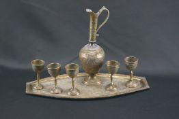 Likörkaraffe mit fünf Trinkgefäßen und TablettMessing, ziselierte Ornamente, Likörkaraffe Höhe 25,