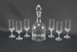 Glaskaraffe mit sechs LikörgläsernGlas, Höhe der Karaffe 27 cm und Durchmesser 10,5 cm, Höhe der