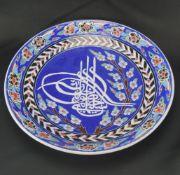 Blauer Wandteller, PersienKeramtik, bunt staffiert, Durchmesser 30,5 cm, in einem guten Zustand