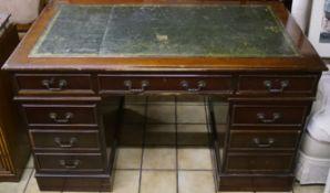 SchreibtischMahagoni, Ledereinlage, acht Schübe, Höhe 79 cm x Breite 137 cm x Tiefe 77 cm, deutliche