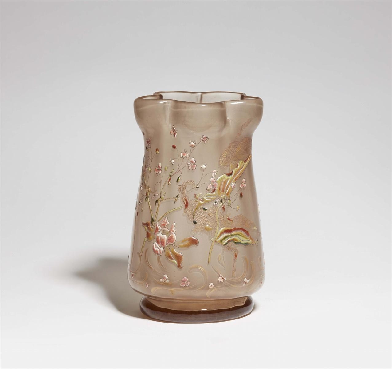Lot 14 - Bedeutende Vase mit SumpfpflanzenRauchfarbenes, innen mattes Glas mit patinierter und vergoldeter