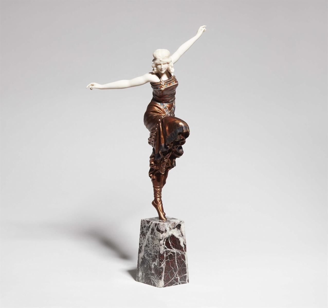Lot 2 - TänzerinSog. Chryselephantine. Metall mit Bronze- und farbiger Lackfassung, Elfenbein, rotweißer