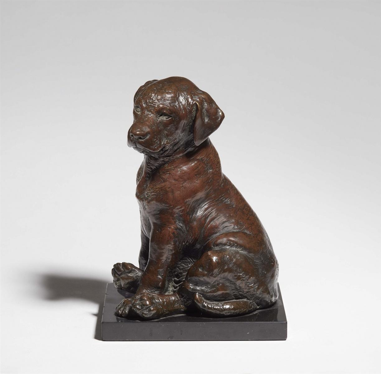 Lot 43 - Sitzender LabradorwelpeBronze, feine schokoladenbraune Patina, schwarzer Marmorsockel. Gegossene
