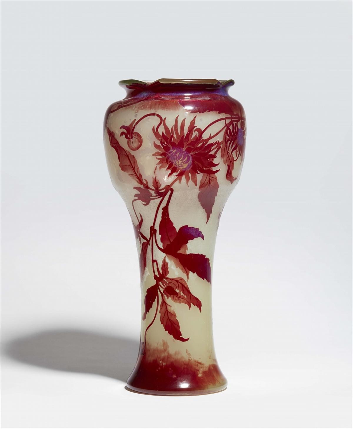 Lot 20 - Seltene große Vase aux chrysanthèmesMilchglas mit Eisglasätzung, zahlreichen Blasen und