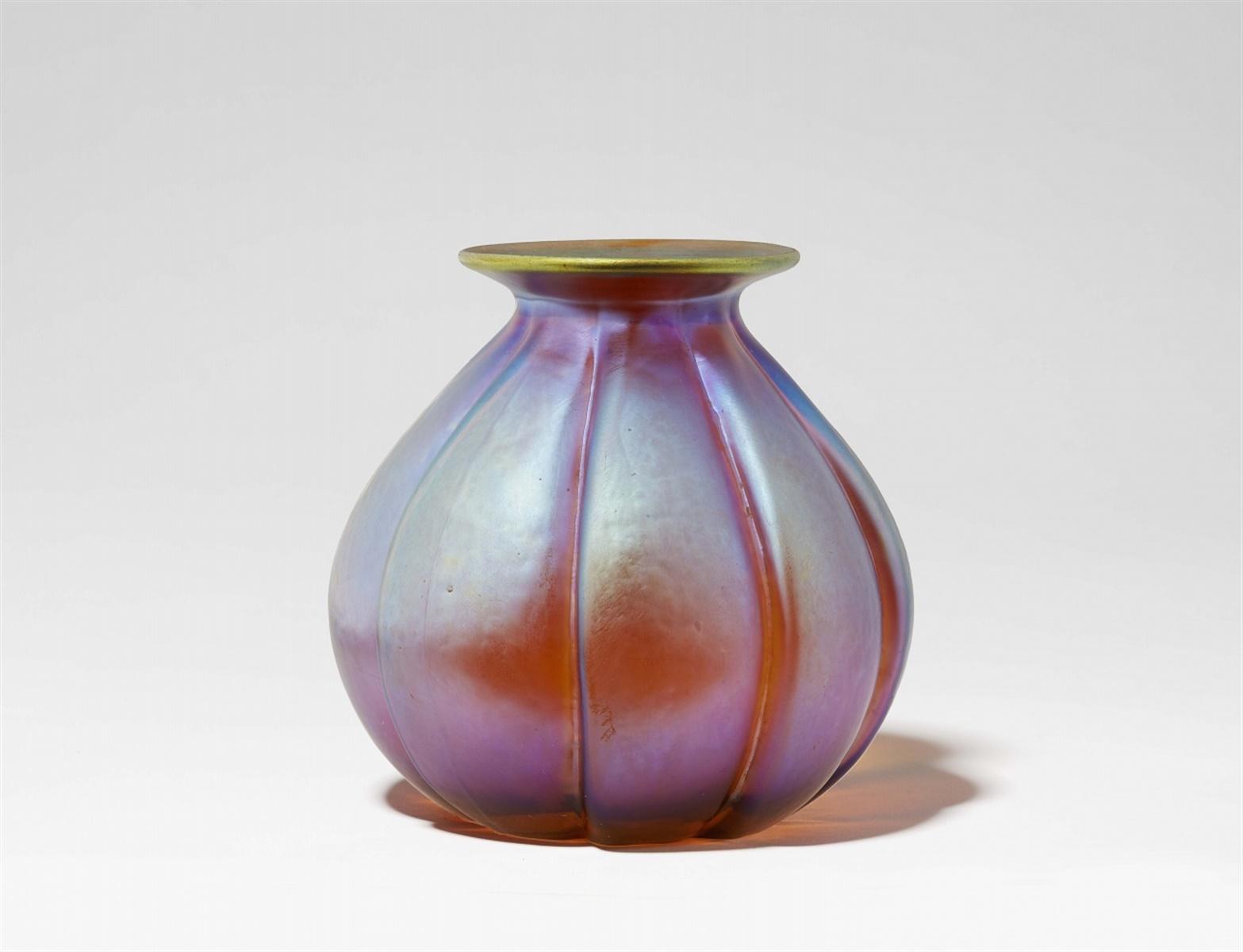 """Lot 27 - Vase in KnospenformSog. """"Myra-Kristall"""", formgeblasenes Klarglas mit Gelbätzung und Irisierung. Ohne"""